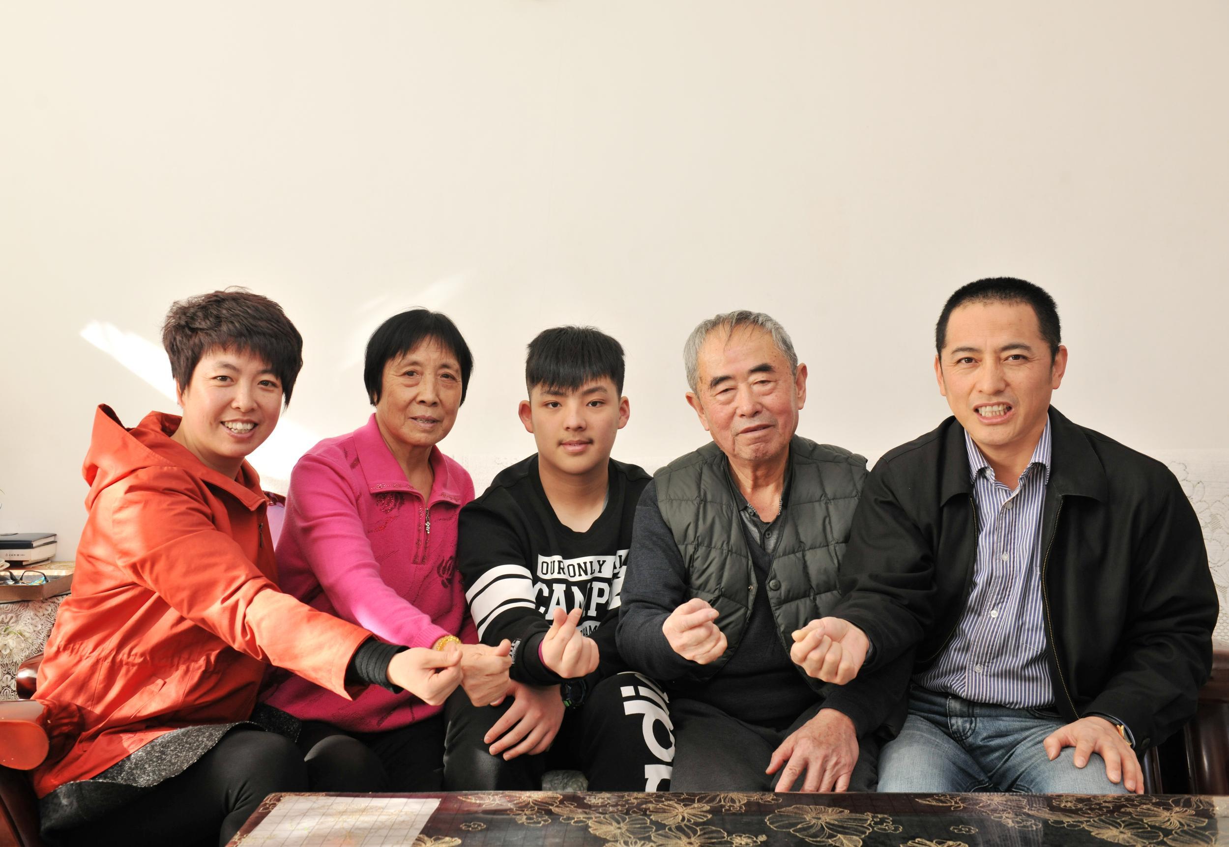 """蓝色大海的幸福""""传说"""":走近油田""""十佳文明家庭""""刘东章、邹晓楠一家"""