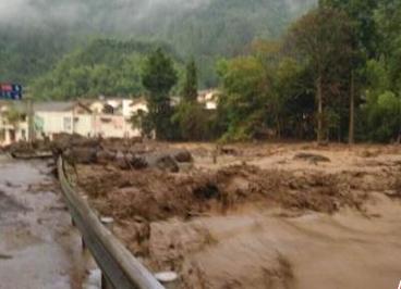四川宝兴泥石流致1人失联 600余名群众被安全转移