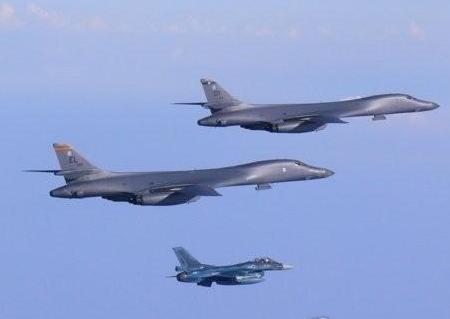 美国B-1B轰炸机和F-15C战斗机飞越朝鲜东部海域