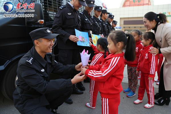 特警平安守护获赞誉 幼儿园小朋友做手工送最可爱的人