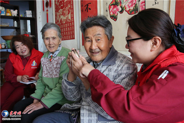 东营物业志愿者走进辽河社区义务服务社区居民