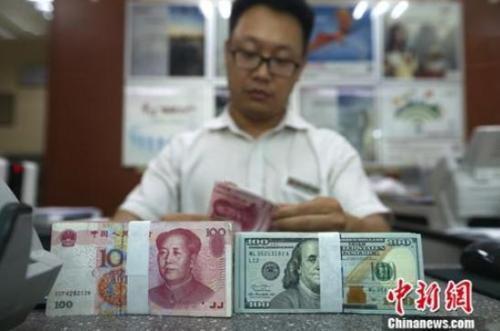 银行工作人员清点货币 中新社记者 张云 摄