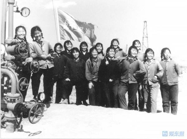 20世紀80年代左右,勝利油田女子采油隊合影,從中可看到當時女子的發型圖片